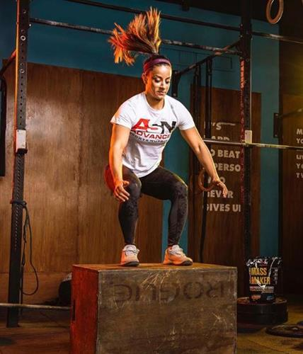 Egyptian athlete and influencer Dalya Darwish doing power squats